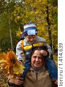 Мама и сын в осеннем парке. Стоковое фото, фотограф Матвеева Наталья / Фотобанк Лори