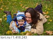 Мама с сыном лежат на траве. Стоковое фото, фотограф Матвеева Наталья / Фотобанк Лори