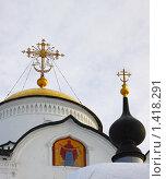 Фрагмент купола храма Покровского женского монастыря в Суздале на фоне облачного неба с изображением иконы. Стоковое фото, фотограф Инна Додица / Фотобанк Лори