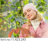 Купить «Красивая девушка у яблоневого дерева осенью», фото № 1423243, снято 15 сентября 2007 г. (c) Andrejs Pidjass / Фотобанк Лори