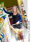 Купить «Девушка в супермаркете», фото № 1425659, снято 9 ноября 2009 г. (c) Ольга С. / Фотобанк Лори