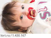 Маленькая девочка с соской. Стоковое фото, фотограф Иванова Виктория / Фотобанк Лори