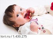 Купить «Маленькая девочка с соской», фото № 1430275, снято 30 января 2010 г. (c) Иванова Виктория / Фотобанк Лори