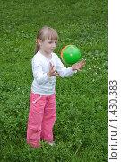 Девочка играет с мячом на поляне. Стоковое фото, фотограф Матвеева Наталья / Фотобанк Лори