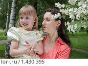 Мама с дочкой на природе. Стоковое фото, фотограф Матвеева Наталья / Фотобанк Лори