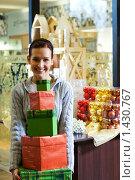 Купить «Девушка с подарками в магазине», фото № 1430767, снято 28 ноября 2007 г. (c) Andrejs Pidjass / Фотобанк Лори