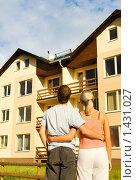 Купить «Молодая пара стоит перед домом», фото № 1431027, снято 18 июля 2008 г. (c) Andrejs Pidjass / Фотобанк Лори