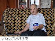 Купить «Пенсионер с банковской картой за ноутбуком», эксклюзивное фото № 1431979, снято 31 января 2010 г. (c) Timur Kagirov / Фотобанк Лори