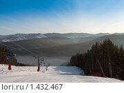 Пустая горнолыжная трасса с подъемниками в зимнем лесу (2010 год). Редакционное фото, фотограф Кельс Андрей / Фотобанк Лори