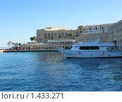 Яхта в красном море. Стоковое фото, фотограф Елена Летуновская / Фотобанк Лори