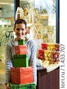 Купить «Девушка с подарками в магазине», фото № 1433707, снято 28 ноября 2007 г. (c) Andrejs Pidjass / Фотобанк Лори