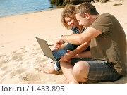 Купить «Мужчина и девушка, работающие на ноутбуке на пляже», фото № 1433895, снято 21 сентября 2009 г. (c) Дмитрий Яковлев / Фотобанк Лори