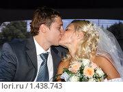 Молодожены целуются в машине. Стоковое фото, фотограф Евгений Курлыкин / Фотобанк Лори