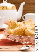 Купить «Эклеры на стеклянном блюде», фото № 1439847, снято 30 января 2010 г. (c) Андрей Лавренов / Фотобанк Лори