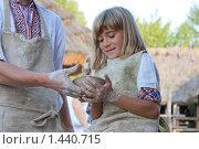 Девочка работает на гончарном кругу (2009 год). Редакционное фото, фотограф Yana Geruk / Фотобанк Лори