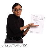 Девушка в очках, с удивлением указывающая пальцем на строку бухгалтерского документа, на белом фоне (2010 год). Редакционное фото, фотограф Михаил Пименов / Фотобанк Лори