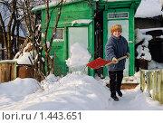 Пожилая женщина убирает снег на дачном участке. Стоковое фото, фотограф Ирина Завьялова / Фотобанк Лори