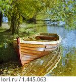 Купить «Лодка у берега осенней реки в солнечный день», фото № 1445063, снято 24 января 2020 г. (c) Михаил Марковский / Фотобанк Лори