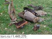 Купить «Старинная снасть для ловли рыбы - топтуха, сети, шкуры, прялка», фото № 1445275, снято 10 октября 2009 г. (c) Владимир Фаевцов / Фотобанк Лори