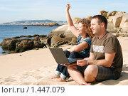 Купить «Мужчина и девушка, работающие на ноутбуке на пляже», фото № 1447079, снято 21 сентября 2009 г. (c) Дмитрий Яковлев / Фотобанк Лори