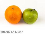 Купить «Апельсин и яблоко», фото № 1447347, снято 2 февраля 2010 г. (c) Василий Вишневский / Фотобанк Лори