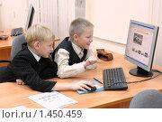 Купить «Мальчики смотрят автомобильный сайт на уроке информатики», эксклюзивное фото № 1450459, снято 24 октября 2009 г. (c) Вячеслав Палес / Фотобанк Лори