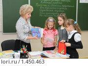 Купить «Учитель выдает тетради после проверки», эксклюзивное фото № 1450463, снято 29 сентября 2009 г. (c) Вячеслав Палес / Фотобанк Лори