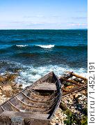 Купить «Старая лодка на берегу озера Байкал», фото № 1452191, снято 6 сентября 2009 г. (c) Евгений Кузьмин / Фотобанк Лори