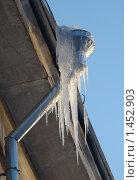Купить «Большие сосульки на водосточной трубе жилого дома», фото № 1452903, снято 6 февраля 2010 г. (c) Сметанова Наталия / Фотобанк Лори