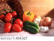 Овощи на фоне плетёной корзины и дерева. Стоковое фото, фотограф Романенко Юлия Игоревна / Фотобанк Лори