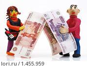 """Купить «""""Люди и деньги"""". Мужчина и женщина с деньгами. Кризис отразился на зарплате», эксклюзивное фото № 1455959, снято 6 февраля 2010 г. (c) Юрий Морозов / Фотобанк Лори"""