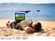 Купить «Мужчина, работающий на ноутбуке на пляже», фото № 1457067, снято 21 сентября 2009 г. (c) Дмитрий Яковлев / Фотобанк Лори
