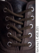 Шнурки на коричневом ботинке. Стоковое фото, фотограф Суров Антон / Фотобанк Лори
