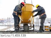 Купить «Строители заливают бетон в опалубку», фото № 1459139, снято 15 января 2010 г. (c) Дмитрий Калиновский / Фотобанк Лори