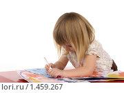 Купить «Девочка (2 года 9 месяцев) рисует фломастером», фото № 1459267, снято 22 декабря 2009 г. (c) Охотникова Екатерина *Фототуристы* / Фотобанк Лори