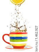 Купить «Лимонный сок и чашка чая», фото № 1462927, снято 14 ноября 2008 г. (c) Ярослав Данильченко / Фотобанк Лори