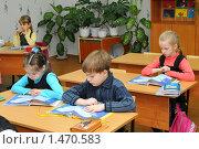 Купить «Дети внимательно читают учебники», эксклюзивное фото № 1470583, снято 16 марта 2009 г. (c) Вячеслав Палес / Фотобанк Лори