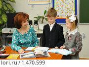 Купить «Дети у стола учителя», эксклюзивное фото № 1470599, снято 18 марта 2009 г. (c) Вячеслав Палес / Фотобанк Лори