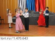 Купить «Дети танцуют на сцене», эксклюзивное фото № 1470643, снято 20 марта 2009 г. (c) Вячеслав Палес / Фотобанк Лори