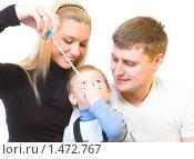 Купить «Счастливая молодая семья играет с ребенком», фото № 1472767, снято 13 февраля 2010 г. (c) Иванова Виктория / Фотобанк Лори