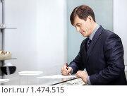 Купить «Предприниматель подписывает документы», фото № 1474515, снято 26 января 2010 г. (c) Raev Denis / Фотобанк Лори