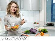 Красивая девушка на кухне. Стоковое фото, фотограф Анатолий Типляшин / Фотобанк Лори