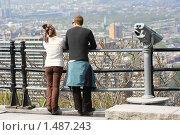 Семейная пара на отдыхе, смотрят на панораму города. Стоковое фото, фотограф Сергей Данилов / Фотобанк Лори
