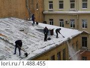 Купить «Рабочие сбрасывают снег и сосульки с крыши», фото № 1488455, снято 19 февраля 2010 г. (c) Мишурова Виктория / Фотобанк Лори