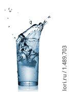 Купить «Всплеск воды в стеклянном стакане», фото № 1489703, снято 7 декабря 2009 г. (c) Ярослав Данильченко / Фотобанк Лори