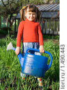 Маленькая девочка с лейкой в руках на даче. Стоковое фото, фотограф Sergii Korshun / Фотобанк Лори