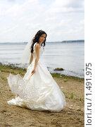 Невеста с зонтиком на берегу реки. Стоковое фото, фотограф Лизунова Анастасия / Фотобанк Лори