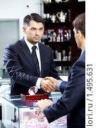 Купить «Партнеры. Два бизнесмена жмут друг другу руку», фото № 1495631, снято 26 января 2010 г. (c) Raev Denis / Фотобанк Лори