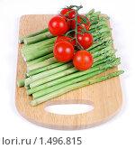 Купить «Спаржа зеленая и помидоры черри на разделочной доске», эксклюзивное фото № 1496815, снято 20 февраля 2010 г. (c) Юрий Морозов / Фотобанк Лори