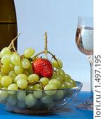 Вино, бокал и фрукты в вазе на светлом фоне. Стоковое фото, фотограф Александр Евсюков / Фотобанк Лори